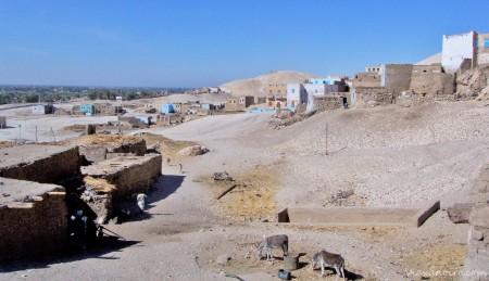 Aldea de Al Gurna.El murete que se ve en el centro da acceso a una de las tumbas del valle