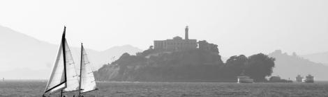 Un velero se dirige a la isla de Alcatraz