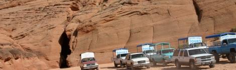 Vehículos esperando a la entrada del cañón del antílope en Page, Arizona