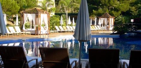 Piscina exterior del hotel vanity suites de Cala Mesquida