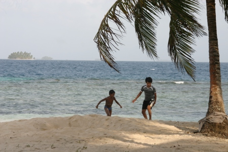 Niños jugando en Isla Anzuelo, al fondo otras islas