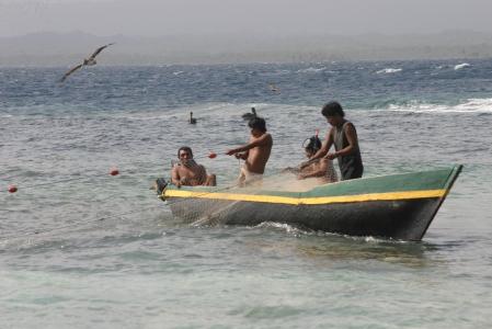 Nuestros amigos Gil y Esteban pescando en Isla Anzuelo