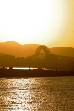El sol se pone tras el Puente de las Américas