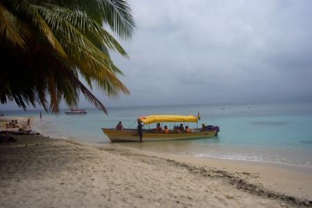 Bote de pasajeros en isla Anzuelo