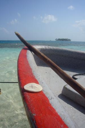 """Nuestro bote anclado en la piscina natural con """"una moneda"""" de coral que encontramos"""