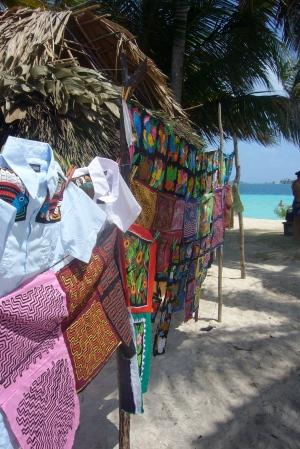 Tienda de souvenirs en Pelícano (artesanía Guna)
