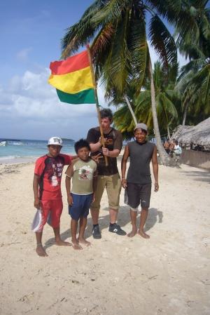 Jorge,Gil,Esteban y unos de los tres hijos del cocinero con la bandera de la revolución Kuna