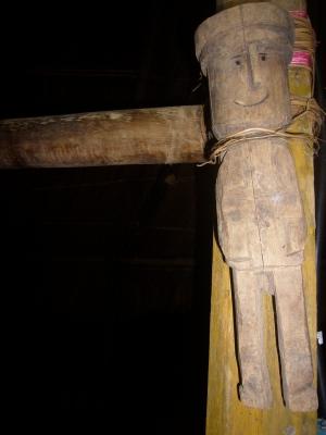 Figura de madera en el mástil central del comedor
