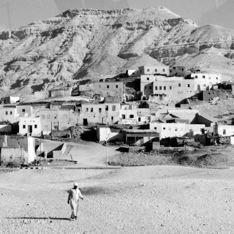 2.Hombre y poblado Fotografía digital en blanco y negro. Dimensiones 12,7x12,7cm Precio 30€
