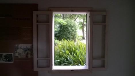 La caseta de baños en el botánico de Gijón