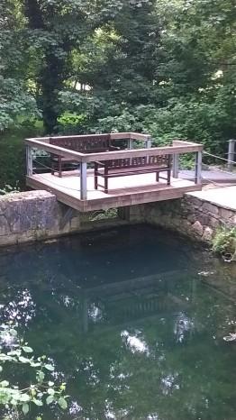 banco sobre el río