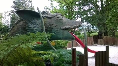 Dragón-tobogán en el bosque de los niños