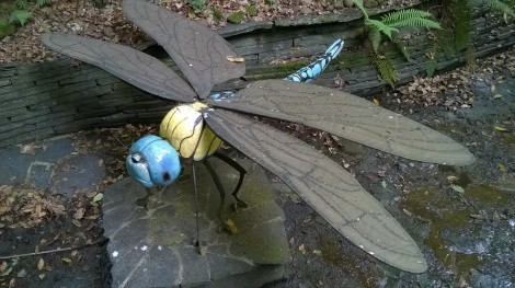 libélula gigante de metal