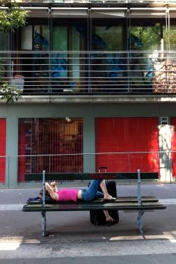Joven descansando en el barrio de Bercy