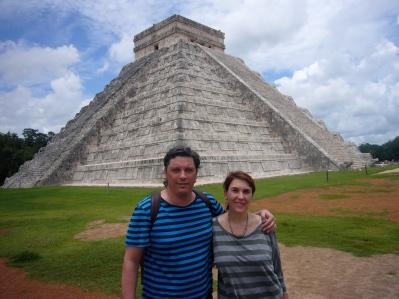 Nosotros delante de la Pirámide de Chichén Itzá