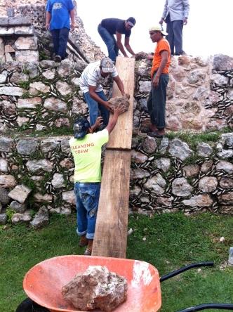 Trabajadores reconstruyendo uno de los palacios de Kahbá