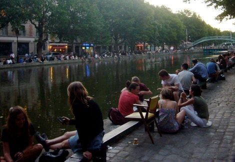 """Jóvenes haciendo botellón """"a la francesa"""" en el canal Saint Martin"""