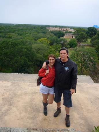 En la cima de la Gran Pirámide de Uxmal