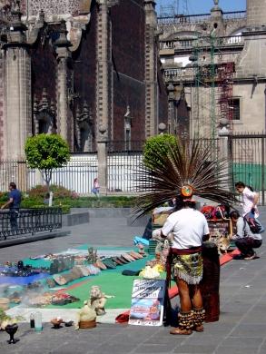 Puesto de Exhumaciones y limpias entre  la Catedral Metropolitana y el Palacio Nacional.