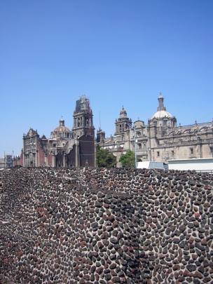 Vista de la Catedral Metroplitana desde las ruinas de Tenochtitlan