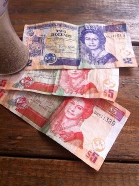 Dólares beliceños con la imagen de Isabel II