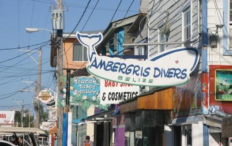 Tiendas de buceo en la calle principal de San Pedro (Belice)