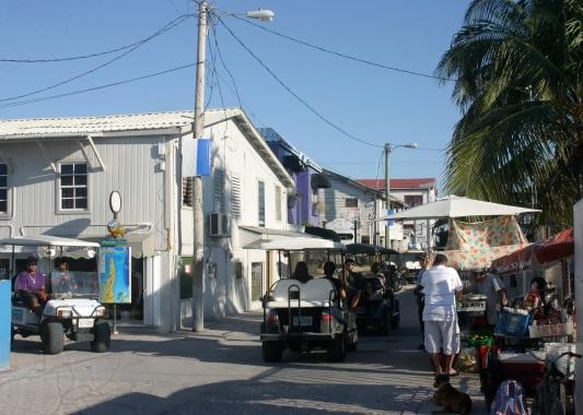 Calles interiores de San Pedro: casas de madera, puestos ambulantes y muchos carritos de golf
