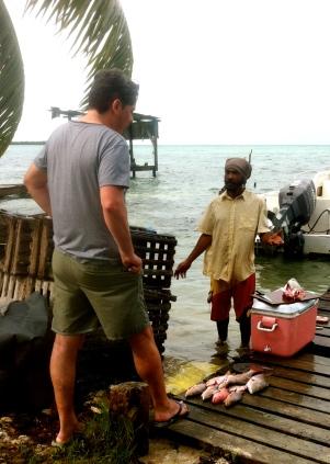 pescador en cayo Caulker, belice