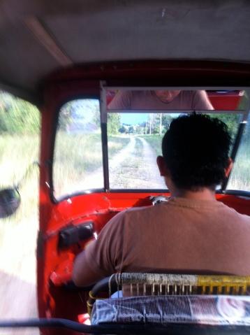 interior de un tuc tuc en Flores, Guatemala