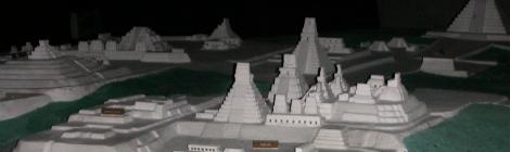 Maqueta del recinto arqueológico a la entrada de Tikal.