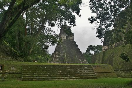 El templo II visto desde el juego de pelota