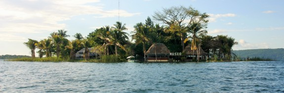 Museo del islote Santa Bárbara, en el  lago Petén Itzá
