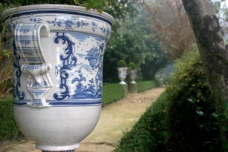 Jardines del Pazo de Oca decorados con jarrones de porcelana.Los originales de Sargadelos han ido reemplazándose, pero aún queda alguno en los salones del pazo.