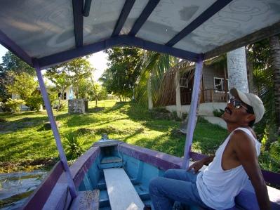 barquero feliz en el lago petén Itzá