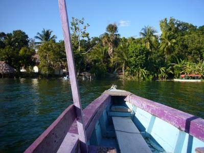 en barca por el lago Petén Itzá