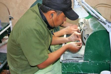 Tallador de jade en una tienda de Antigua Guatemala