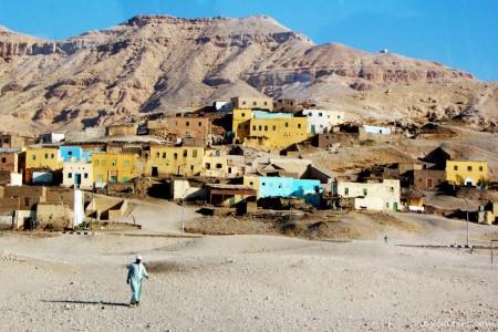 La aldea de Al Gurna. Sobre ella están las milenarias tumbas del valle de los Nobles