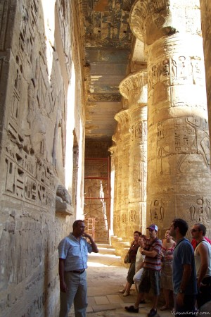 Nuestro pequeño grupo boquiabiertos ante el primer templo de nuestro viaje por Egipto