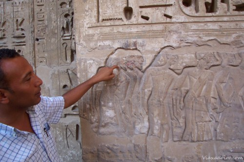 Nuestro guía explicando los grabados del templo