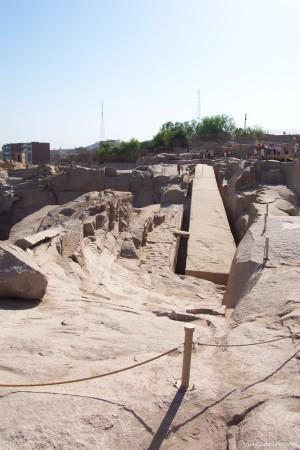 Obelisco inacabado. La construcción se trabajaba en la propia cantera.