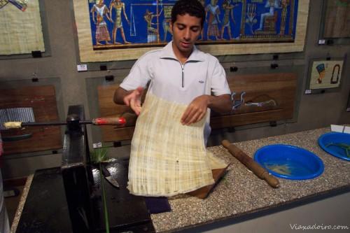 como se hace un papiro a partir de la planta acuática del mismo nombre