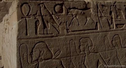 Esclavos atados por el cuello y azuzados con látigo en los grabados del templo