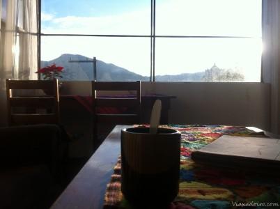Café de la mañana en el hotel de Antigua. Momento de charlas y planes viajeros.