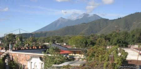 Los volcanes Fuego y Acatenango fotografiados desde la azotea del Hotel Casa Cristina en Antigua Guatemala