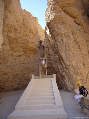 Escalinata de acceso a la tumba de Tutmosis III