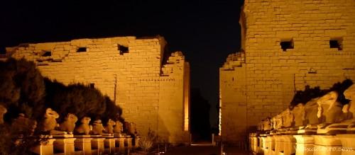 Carneros flanqueando la entrada del templo de Karnak