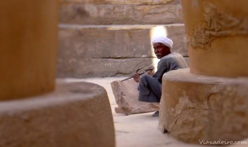 Trabajador en la sala hipóstila de Karnak