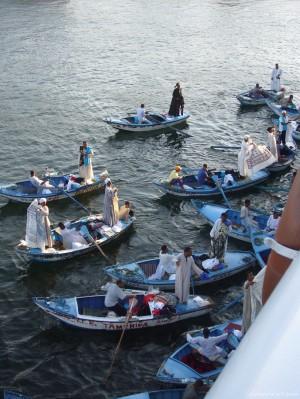 Llegan las barcas de vendedores de chilabas y comienza la fiesta.
