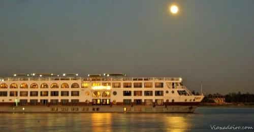 Barco de pasajeros en el Nilo
