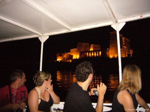 Momento Wow en la motora al ver el templo de Philae iluminado en la oscuridad de la noche
